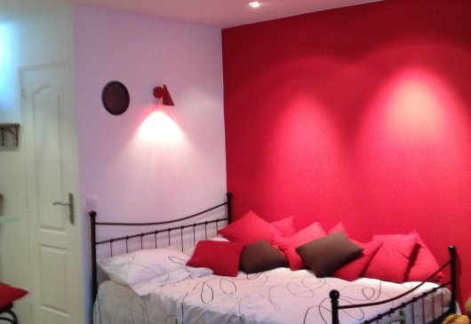 Cosy RED NEST in Montmartre village