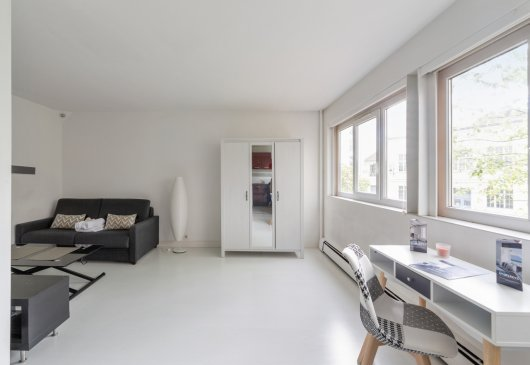 Bright studio apartment with parkin