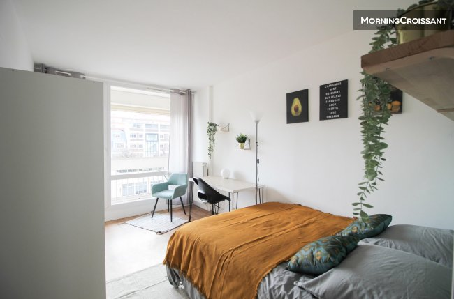 Bright room in Levallois